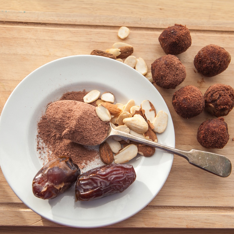 date, almond and cacoa energy balls - recipe